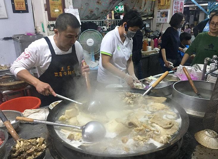 嘉義。隱身東市場的美食。王家祖傳牛雜湯